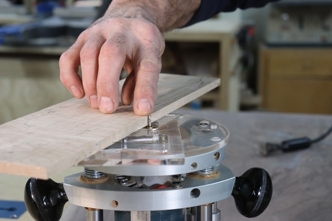 Determining the depth of the cut on the router base