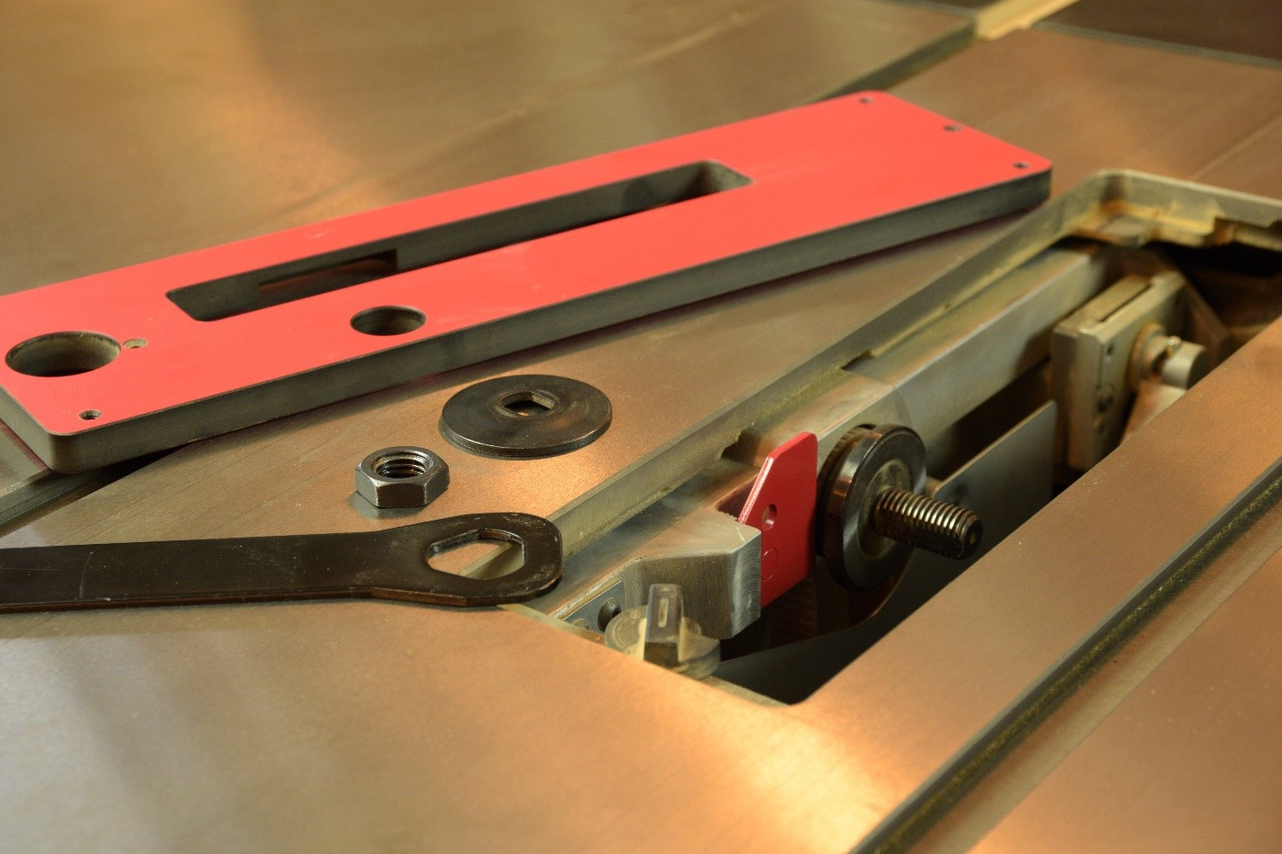 How to install the blade into table saw