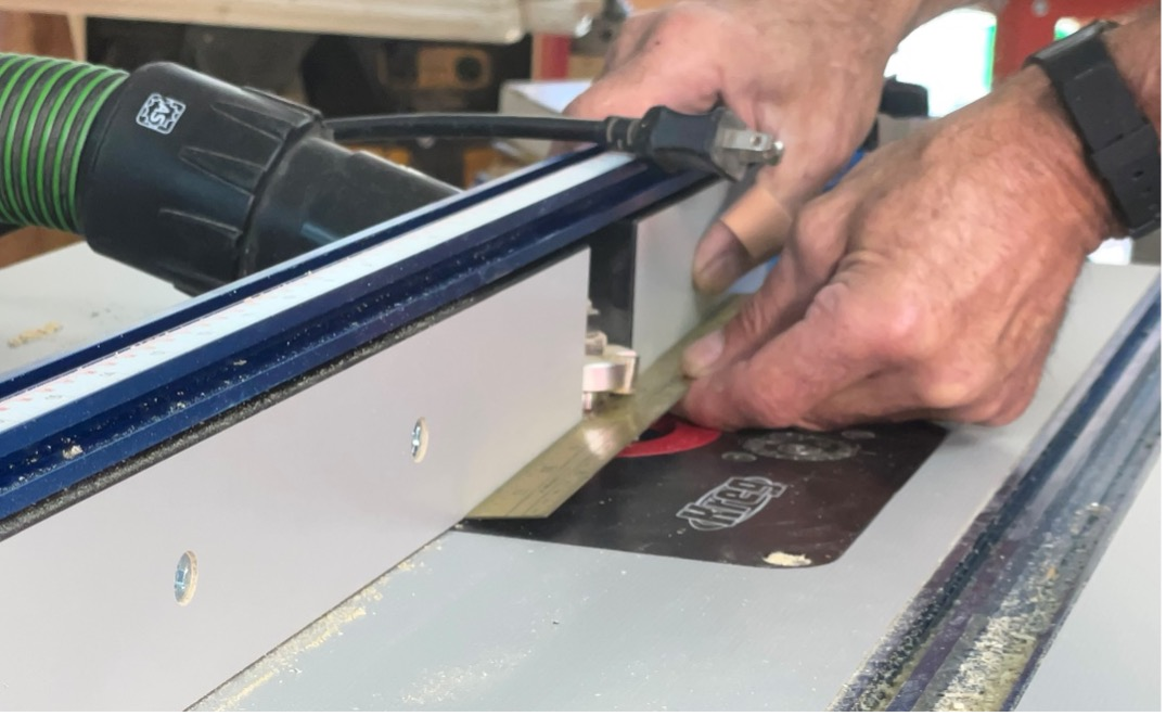 adjusting by measurement the router table fence